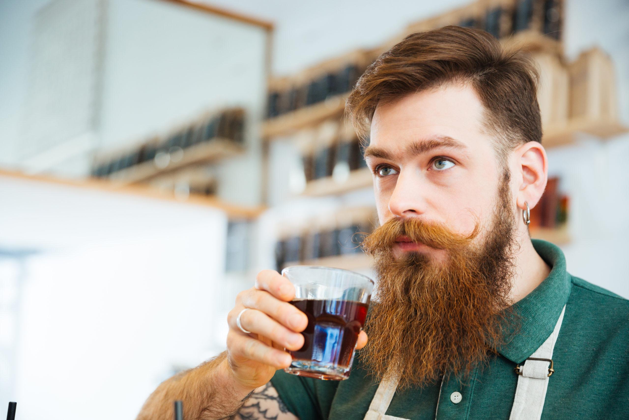 barbat cu ceasca de cafea