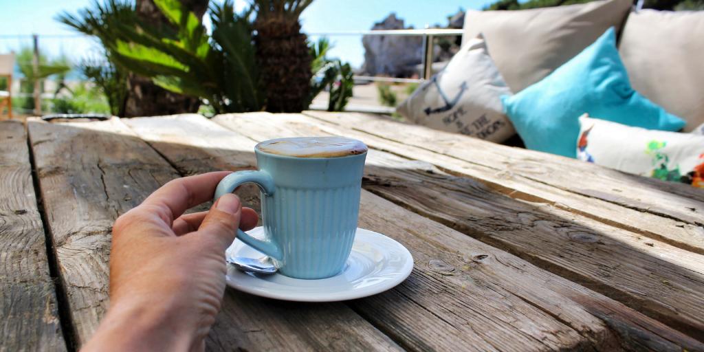 cafea fierbinte in soare