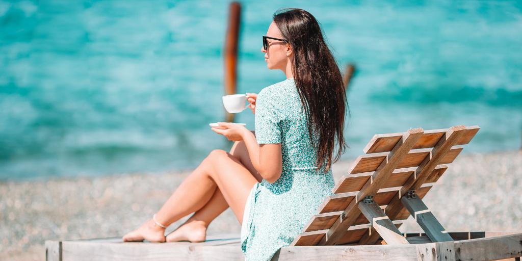 cafea fierbinte plaja