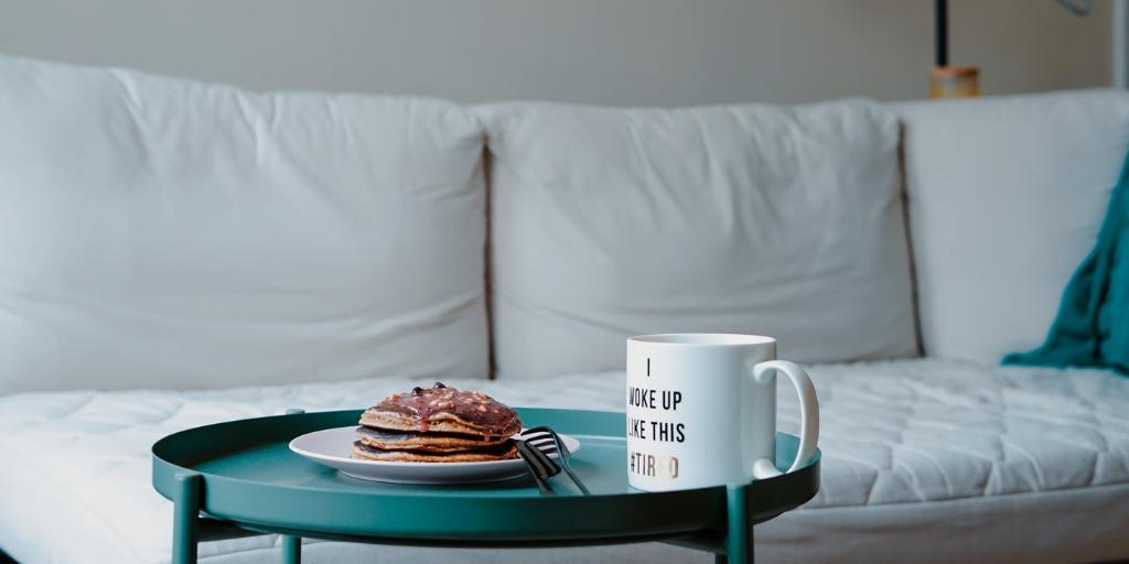 clatite si ceasca de cafea